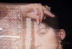 """6月12日,孟美岐以演员身份亮相2021微博电影之夜,身穿春夏高定套装""""闪耀""""亮相!流光溢彩的渐变亮片西装,在一众美裙里裤装造型格外的利落摩登,流动的光影间,展现独特的时髦魅力。"""