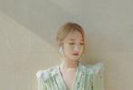 7月10日,孟美岐曝光一组清新风写真,身穿牛油果绿色碎花长裙,挽起金发,钻石耳环,复古又温柔,造型精致又迷人,好有夏日的感觉!