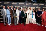 当地时间7月24日,由巨石强森、艾米莉·布朗特领衔主演的迪士尼电影《丛林奇航》在美国加州迪士尼乐园举行全球首映礼,两位主演盛装出席。强森一袭白色休闲装亮相,绅士帅气;艾米莉·布朗特身着泡泡袖上衣搭高腰裤,气质优雅。出席活动的还有凯特琳·麦克休、蒂凡尼·哈迪斯、马尔赛·马丁、杰克·怀特霍尔等主创人员。