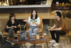 近日,电影《兔子暴力》的监制李玉、导演申瑜与影评人奇爱博士,在北京参加了一场女性电影沙龙活动。活动以女性电影为载体,探讨了女性成长等话题,两位主创不仅分享了创作《兔子暴力》的幕后故事,探讨了作为女性创作者的心路历程,还暖心地为在场的年轻观众们提供建议,答疑解惑,和观众们展开了热烈交流。