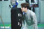 中国香港击剑选手张家朗奥运夺金 王嘉尔发文祝贺