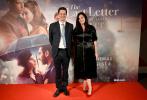 当地时间7月27日,电影《爱人的最后一封情书》(The Last Letter From Your Lover)在英国伦敦举行首映礼,一众主创出席活动。主演菲丽希缇·琼斯身穿黑色套装,搭配金色花朵装饰品,长发披肩气质出众。