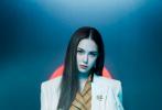 7月28日,昆凌为《UNIFORM Magazine》新期拍摄的封面大片发布。变幻飞扬发丝的炫彩发丝,加上独特腮红式灯影,未来感与时尚感并存,冷冽氛围映衬出酷美姿态。