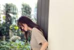 7月29日,刘诗诗工作室释出一组收工花絮。照片中刘诗诗身穿素色短袖西装搭短裤,斜倚在落地窗前温柔似水,侧颜美丽动人,戴着墨镜霸气而不失优雅。