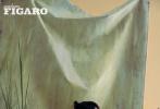 """7月29日,杨幂《MadameFigaro》8月刊拍摄的盎然生机油画大片曝光。照片中,杨幂以湿刘海盘发造型出镜,身穿黑色紧身吊带裙高级感满满,优越的身材曲线着实令人羡慕,置身油画背景中尽显魅惑;绿色藤蔓围绕,生机盎然,散发出清爽的夏日气息;怼脸拍更是一绝,精致五官和妆容,让人移不开眼,像只勾人的""""小狐狸"""",时尚表现力满分。  """