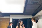 """8月2日,迪丽热巴在个人社交平台晒出自拍,她身穿黄色工装裤,搭配露肩上衣,率性又性感。她对镜做出""""人类高质量男性""""的姿势,引发粉丝爆笑:""""姐5g网速吧!""""""""快还我知性优雅的宝贝!"""""""