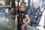 近日,DC新片《X特遣队:全员集结》在伦敦举办首映礼,马塞尔·萨默维尔、卡拉·玛尼、塔利亚·斯托姆、萨芙蕾·巴克出席。女星塔利亚·斯托姆身穿一件蓝色亮片装,大秀美背,S曲线抢镜。