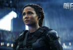 """日前,好莱坞怪兽科幻电影《明日之战》官宣确认引进并发布""""怪兽入侵""""先导海报。电影由克里斯·麦凯执导,""""星爵""""克里斯·帕拉特、伊冯娜·斯特拉霍夫斯基、J·K·西蒙斯主演,讲述了一场关乎全人类存亡的终极大战。凶猛残暴的怪兽、跨时空的末日危机,人类将如何面对这些挑战?"""