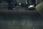 """8月23日,巩俐《MarieClaire嘉人》金九月封面大片释出。这组大片以""""致敬电影""""的视角,聚焦巩俐熟悉的片场,身着连体服和羊羔绒皮衣的巩俐,飒气质感满分!面对镜头眼神十分有戏,果然巩俐的镜头感yyds!"""