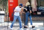 当地时间8月24日,美国加州,布鲁克林·贝克汉姆和未婚妻妮可拉·佩尔茨外出。当天,两人运动休闲造型出街,约会期间大布贴心为女友买饮料,当街恩爱搂抱耳鬓厮磨甜skr人。