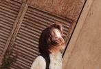 8月26日,工作室分享了一组欧阳娜娜的全新写真。她身穿木耳领蕾丝宫廷风礼服,简约配色的服饰搭配齐耳短发,甜美可人的少女感中,又添疑似成熟女孩的知性魅力。
