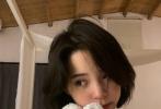 """8月27日,欧阳娜娜在社交账号分享了一组九宫格自拍和新翻唱的歌曲《夏天》,并配文纪念这个即将结束的夏天。欧阳娜娜写道:""""夏天就要过去了,无数的场景在脑海里闪闪而过,感慨这个夏天,回忆里都是各种美好的情节""""。照片中,欧阳娜娜一头短发清爽撩人,怀抱着可爱的毛绒玩具狗对镜歪头嘟嘴比耶,纯欲感十足。"""