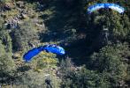 """近日,在CinemaCon派拉蒙专场上,官方曝光了《碟中谍7》首支预告特辑,""""阿汤哥""""汤姆·克鲁斯骑着摩托车从巨大的悬崖边缘飞出并完成降落伞跳跃。为此他日复一日地训练不同的跳跃项目,一年来做了13000次越野摩托跳跃以及500次跳伞。在前期制作期间,他每天都要从直升机训练跳伞30回。剧组对每一次练习都进行了数字跟踪,读取他背上的GPS,计算风向和可能影响这一疯狂壮举的不同变量,并利用这些数据找出用无人机拍摄的最佳方式。"""