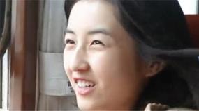 张子枫首次体验绿皮硬座火车 笑称能坐一天