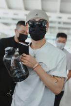 海量Bro!王嘉尔机场囧途 过安检水壶超重直接豪饮