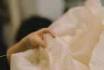 """在电影《斯宾塞》此前发布的官方海报中,""""小K""""克里斯汀·斯图尔特饰演的戴安娜王妃身穿的华美礼服吸睛瞩目。日前,影片为观众揭秘了这件华服的幕后制作过程。"""