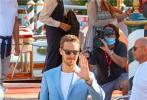 """第78届威尼斯国际电影节已于9月1日开幕,一众国际大导与电影演员齐聚一堂,相关活动也拉开帷幕。当地时间9月2日,""""卷福""""本尼迪克特·康伯巴奇抵达威尼斯,他身穿一套淡蓝色西服,蓄上胡须,造型成熟。"""