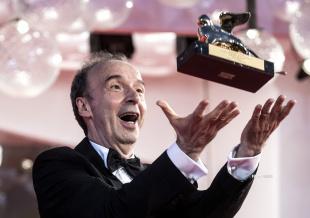 罗伯托·贝尼尼携妻亮相威尼斯 获终身成就金狮奖