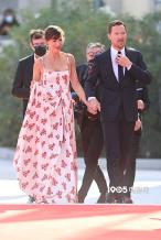 甜晕了!卷福携爱妻亮相威尼斯 红毯亲密耳语拥吻