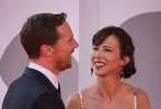 """当地时间9月2日,电影《犬之力》在第78届威尼斯国际电影节举行首映礼。作为主演的""""卷福""""本尼迪克特·康伯巴奇携爱妻苏菲·亨特登上红毯,一对璧人时而亲密耳语,时而浪漫拥吻,大秀恩爱,吸引了现场无数目光追随。"""