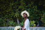 """日前,""""妖单王""""美国说唱歌手利尔·纳斯·X分享了一组孕肚写真,他头戴白色花冠,身穿白色长袍和长裤,胸襟大开的跪在泳池边,深情地望向自己高耸的""""孕肚""""。"""