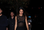 """当地时间9月1日,美国,超模""""肯豆""""肯达尔·詹纳现身西好莱坞。当晚,肯豆身穿一条黑色包臀连衣裙,裙子上半身采取了透视、鱼骨设计,一展肯豆的热辣好身材。"""