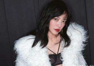 姚晨曝复古风情大片 黑色丝袜配西装外套性感优雅