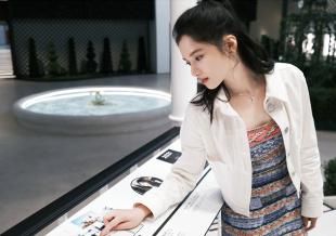 """张婧仪穿针织短裙亮相展览 参加一场特别""""试镜"""""""