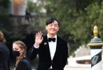 当地时间9月3日,科幻巨制《沙丘》在第78届威尼斯电影节举行盛大首映。作为主演之一的张震乘船抵达水城威尼斯,刚踏上这片土地,张震就与等候许久的媒体大方微笑示意,还对镜搞怪互动,看上去心情极佳。
