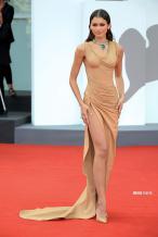 赞达亚亮相威尼斯电影节 裸色高开衩裙霸气性感