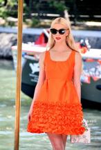 安雅·泰勒-乔伊橙色连衣裙出街 精致优雅甜酷可人