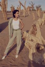 卢靖姗沙漠质感大片曝光 短发造型配西装酷飒英气