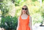 当地时间9月5日,安雅·泰勒-乔伊身着一袭亮眼的橙色花边连衣裙亮相威尼斯街头,同色系凉鞋与裙装相呼应,墨镜和白色手袋作为配饰点缀令娇俏可爱的安雅更显精致。