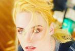 """9月6日,""""小K""""克里斯汀·斯图尔特从威尼斯电影节转站至特柳赖德电影节,发布一组全新宣传照。照片中,小K染了金黄新发色,梳成慵懒,略显凌乱的发型。身穿黑色露脐短T恤搭背带,外穿豹纹外套,又美又飒。"""