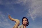 近日,卢靖姗沙漠大片曝光,短发造型随性干练,浅绿色西装套装勾勒曼妙身材,西装与沙漠环境完美适配,展现酷飒英气的别致风格。卢靖姗置身于苍茫大漠中,眼神深邃遥望远方,浮现满满故事感。