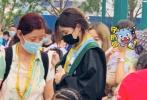 """近日,有网友晒出在北京环球影城偶遇章子怡、汪峰一家五口的照片。照片中,章子怡抱着小儿子,汪峰剃了寸头新造型,酷帅十足。醒醒身穿""""小美人鱼爱丽儿""""的黑色连衣裙跟在保姆身侧。汪峰的大女儿小苹果则穿着《哈利·波特》中斯莱特林的巫师袍,帮着一起照顾弟妹。 """