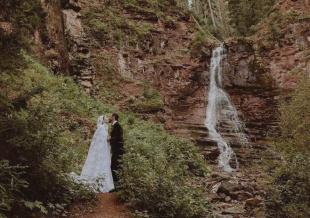 """""""白雪公主""""莉莉·柯林斯结婚 举行浪漫山林婚礼"""