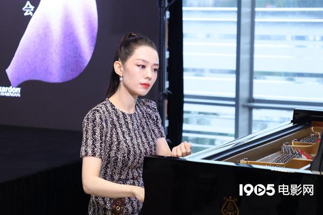 《【杏鑫总代理】吉娜亮相新专辑发布会 丈夫郎朗助阵上演四手联弹》