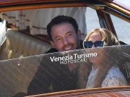 大本和洛佩兹现身威尼斯 护女友下船男友力满分