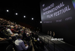 当地时间9月11日,科幻巨制《沙丘》在第46届多伦多电影节举行首映礼 。导演丹尼斯·维伦纽瓦携夫人坦尼亚·拉波因特、主演丽贝卡·弗格森、多伦多国际电影节艺术总监卡梅伦·贝利亮相。