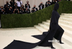 """当地时间9月13日,美国,去年因为疫情停办一年的""""时尚界奥斯卡""""Met Gala重回大都会博物馆。走入第50个年头的Met Gala,今年将主题锁定了""""美国时尚"""",众星在红毯上也是使出浑身解数吸引眼球。"""