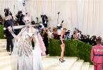 """当地时间2021年9月13日,2021Met Gala纽约大都会时装庆典在美国纽约举行,加拿大电音""""小仙女""""Grimes出席,造型夺得全场关注。她身穿Iris van Herpen的礼服,头戴金属面罩,肩扛中世纪古剑,手拿发亮宝书。"""