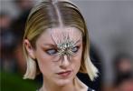 当地时间2021年9月13日,2021Met Gala纽约大都会时装庆典在美国纽约举行,来自美国的22岁超模Hunter Schafer亮相,造型极具个性,吸引了全场目光。
