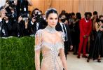 当地时间2021年9月13日,2021Met Gala纽约大都会时装庆典在美国纽约举行,美国网红超模肯豆Kendall Jenner闪耀红毯现场。她身穿一袭夺目的水晶透视连衣裙,性感身材若隐若现,惊艳到让人挪不开眼。