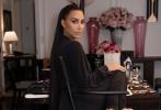 """当地时间2021年9月13日,2021Met Gala纽约大都会时装庆典在美国纽约举行,金·卡戴珊以一身全黑蒙面造型亮相,画风惊呆四座。幕后照也随后曝光,面纱之下,卡戴珊居然画了全妆,妆容十分精致。网友纷纷调侃道:""""真的有化妆的必要吗?"""""""
