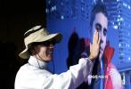 当地时间9月14日,贾斯汀·比伯现身他的全新纪录片《Our World》的纽约首映仪式,娇妻海莉·比伯陪伴在侧,支持丈夫。现场,比伯捧着海莉的脸准备亲吻,场面甜度爆表!