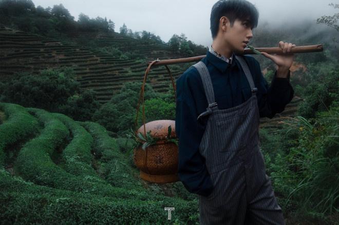 """《【二号站平台网址】陈飞宇曝""""茶味""""大片!头戴斗笠雨雾缭绕意境足》"""