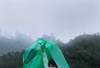 """9月16日,陈飞宇登封《TMagazine China》九月刊封面大片发布。置身武夷山的青山绿水见,雨雾缭绕中带来一种世外桃源之感,头戴斗笠的少年立于茶园的雨中染上了疑似""""仙气""""氛围感拉满;或撑伞远眺或低眉沉思,清新自然的少年感扑面而来,仿佛感受到一股茶味的沁人心脾。 """