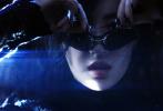 日前,刘亦菲出镜摄影师柳宗源以「幻象」作为主题的展览创作,曝光了一组机车大片。风格凌厉鲜明的黑白影像,渐行渐远的繁华都市,风驰电掣的氛围感,仿佛逐帧放映的电影片段:刘亦菲化身酷女郎,一改往日仙女姐姐的形象,身着皮衣,在暗夜都市中穿行,仿似执行秘密任务的美艳特工,又似毁天灭地的末日女杀手,美丽又危险! 
