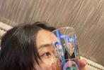 9月16日,张子枫在微博晒出四张日常随手拍,穿黑色印花卫衣,怼脸近照状态好。她还秀出自己涂鸦的杯子,创意十足。